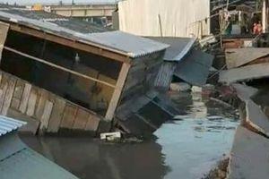 5 căn nhà bị nhấn chìm xuống nước do sạt lở bờ sông Nha Mân