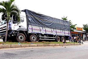Xe tải tông hai xe máy, hai người thương vong