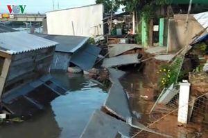 Sạt lở khiến 5 nhà dân đổ sụp xuống kênh