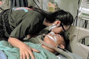 Xúc động hình ảnh cô gái trao nụ hôn cuối cho bạn trai mất vì tai nạn giao thông