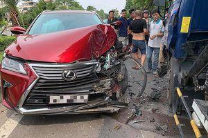 Hà Nội: Xe Lexus và xe bồn đối đầu trên làn đường của xe buýt
