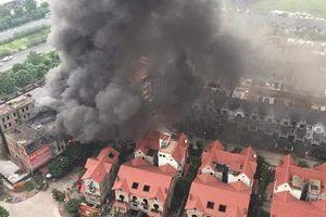 Cháy lớn ở Hà Nội, cột khói bốc cao hàng trăm mét