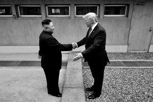 Nhà Trắng treo ảnh ông Trump-Kim gặp nhau ở Bàn Môn Điếm