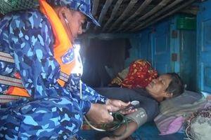 Cảnh sát biển cứu nạn, sửa giúp tàu cho ngư dân