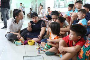 Thí sinh Miss World Việt Nam trao yêu thương đến người khuyết tật