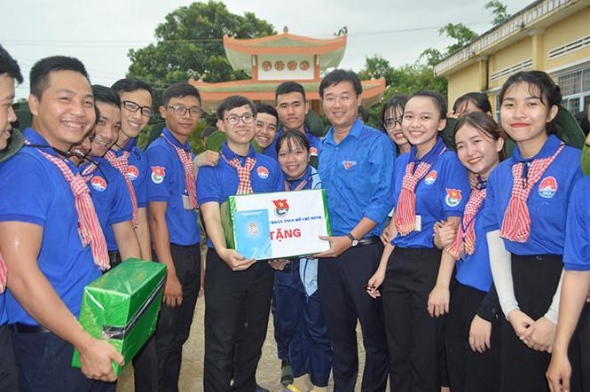 Anh Lê Quốc Phong thăm chiến sĩ tình nguyện hè tại Đồng Tháp