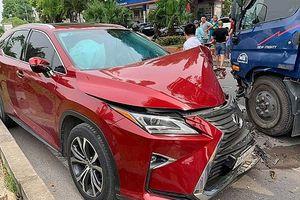 Hà Nội: Tông trực diện xe bồn chở nước, xế hộp Lexus nát đầu