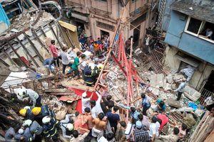 Nhà 4 tầng đổ sập, gần 50 người nghi kẹt dưới đống đổ nát