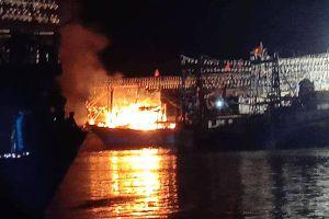 Tàu neo đậu cảng cá Nghệ An cháy rụi trong đêm