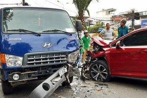 Đi vào làn xe buýt, Lexus và xe bồn tông nhau nát đầu ở đường Yên Phụ