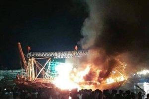 Tàu cá bất ngờ bốc cháy, hàng trăm người tìm cách dập lửa