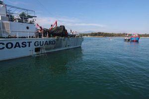 Sau hơn nửa tháng trôi dạt trên biển, tàu cá cùng 6 ngư dân được đưa vào bờ