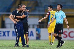 HLV Chu Đình Nghiêm bị cấm chỉ đạo 2 trận vì hành động nóng nảy