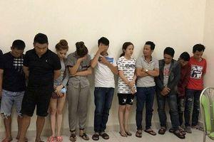 Đột kích quán karaoke 'chỉ tiếp khách quen' ở Sài Gòn, phát hiện hàng chục dân chơi đang 'bay lắc'