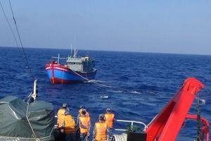 Tàu cá và 6 ngư dân gặp nạn được cứu đưa vào bờ