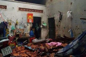 Long An: Mưa to kèm lốc xoáy dữ dội khiến hàng trăm căn nhà bị tốc mái, 9 người nhập viện