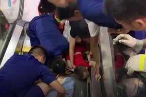 Cảnh báo cho phụ huynh: Em bé gặp tai nạn kinh hoàng khi đi thang cuốn