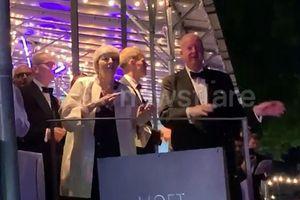 Thủ tướng Anh Theresa May nhảy múa vui nhộn theo nhạc Abba