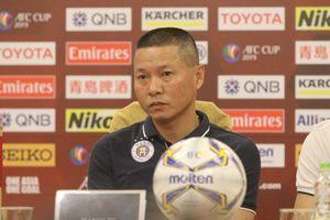 Phản ứng quá khích với trọng tài, HLV Hà Nội FC bị cấm chỉ đạo ở đại chiến HAGL