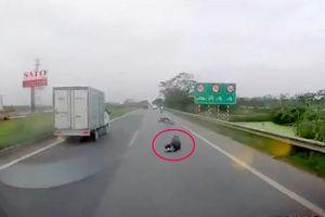 Phẫn nộ 2 tên cướp giật túi xách khiến cô gái ngã sõng soài trước đầu ô tô