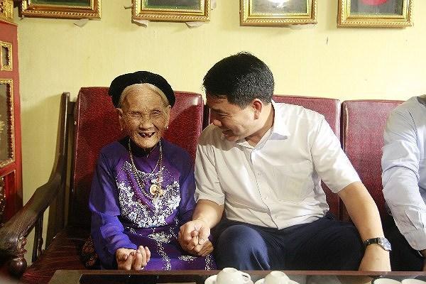 Chủ tịch UBND TP Hà Nội thăm hỏi gia đình chính sách tiêu biểu