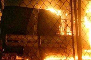 Đồng Nai: 2 xe tải cháy nổ dữ dội trong đêm
