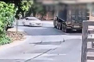 Tài xế ôtô thoát chết thần kỳ sau va chạm với container