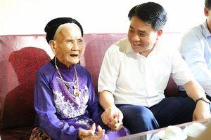 Chủ tịch Nguyễn Đức Chung thăm hỏi gia đình chính sách tiêu biểu