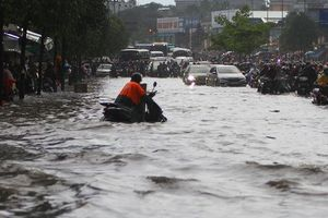 CLIP: Nước cuồn cuộn cuốn ngã xe máy trong cơn mưa xối xả ở TP HCM