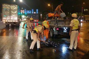 CSGT Bình Triệu thu dọn miểng chai trong đêm sau vụ xe tải chở bia trượt bánh