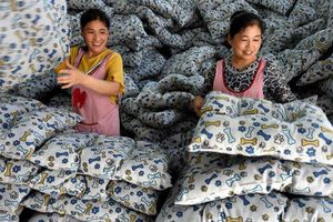 Nhà sản xuất Trung Quốc 'oằn mình' chống đỡ tác động từ thuế cao của Mỹ