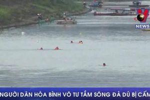Người dân Hòa Bình vẫn vô tư tắm ở sông Đà dù bị cấm