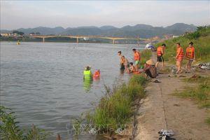 Hàng trăm người vẫn vô tư tắm sông Đà dù đã có biển cấm