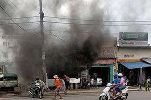 Quán cơm phát nổ, bốc khói đen ngùn ngụt giữa trưa