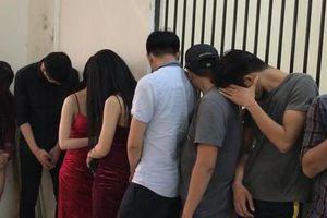 Hàng chục nam thanh nữ tú phê ma túy trong quán bar ở Sài Gòn