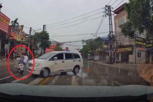 Clip thanh niên 'cướp đường' bị xế hộp húc bay cả người lẫn xe