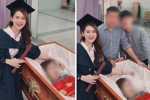 Xúc động nữ sinh mặc lễ phục chụp hình mừng tốt nghiệp sớm bên quan tài của mẹ