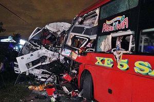 Hai tài xế tử vong, kẹt trong cabin sau cú đấu đầu kinh hoàng của xe khách và xe tải