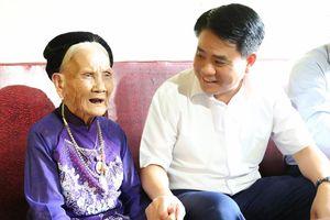Chủ tịch UBND TP Hà Nội tặng quà gia đình chính sách ở huyện Gia Lâm
