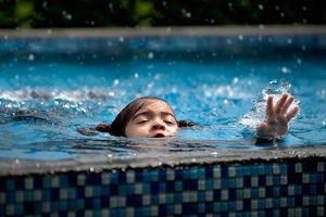 Đi bơi mùa hè nguy cơ luôn rình rập trẻ