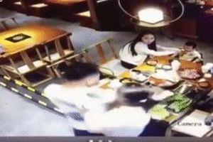 Chồng hất cả nồi lẩu sôi sùng sục vào mặt bạn trai vợ ở Trung Quốc