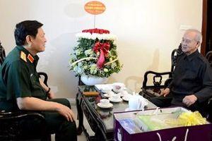 Đại tướng Ngô Xuân Lịch thăm hỏi, tặng quà Đại tướng Phạm Văn Trà