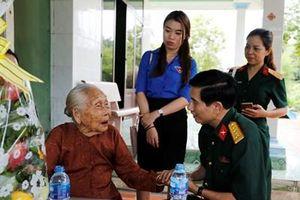 Tổng công ty Thái Sơn tặng quà Mẹ Việt Nam anh hùng