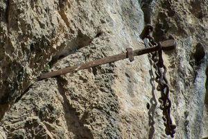 Huyền thoại thanh kiếm găm trong đá sắc bén nhất thời Trung cổ