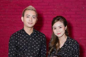 Hoài Lâm và bạn gái mặc áo đôi, chính thức tái xuất showbiz