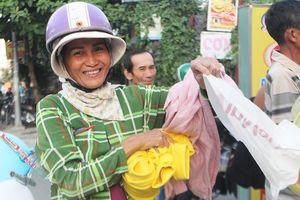 Quần áo nhiều để làm gì?: Vợ chồng trẻ ở Sài Gòn 'nhường lại chứ không cho'