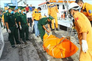 Vụ 9 ngư dân tàu cá mất tích: Đưa hai thi thể thuyền viên vào bờ