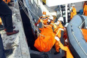 Đưa thi thể 2 thuyền viên trên tàu cá NA 95899 TS vào bờ, hiện vẫn còn 7 người mất tích