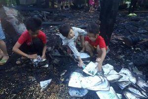 Nhà cháy rụi trong lúc cha mẹ đi chữa bệnh, 3 anh em thẫn thờ bới nhặt từng trang sách trong đống tro tàn