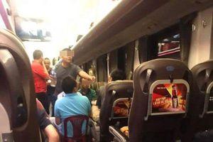 Thản nhiên tổ chức ăn nhậu, nói chuyện ầm ĩ trên tàu hỏa, nhóm du khách Hà Nội gây bức xúc